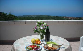 Dachterrasse mit Aussicht und gedecktem Tisch © Ferienwohnung Casa Belle Vacanze