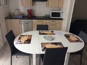 Coin cuisine avec table repas