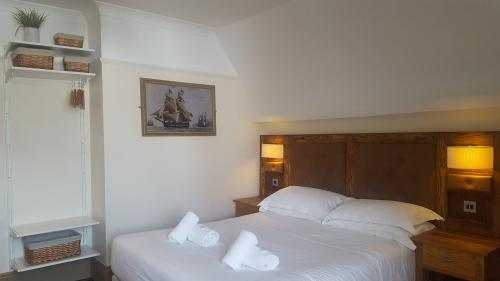 Deluxe-Double room-Ensuite with Bath-Harbour View-Room 3 - Base Rate
