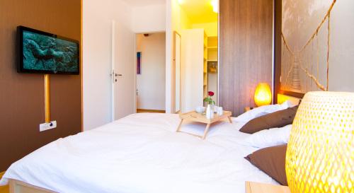 L2-Apartment-Queen-Ensuite with Bath-City View - Base Rate