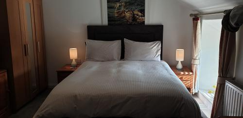 King-Deluxe-Ensuite with Bath-Street View-Room  1  - Room Only
