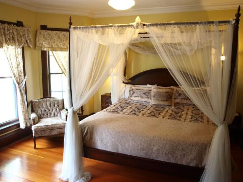 King-Ensuite with Shower-City View-Royal Suite - Breakfast Included