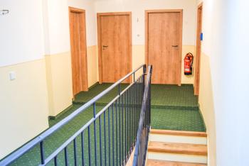 Treppenaufgang zu den Einzelzimmern