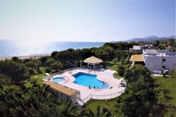 Blick auf das Hotel, Meer, Garten und Pool