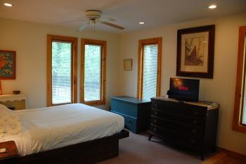queen bedroom in Yellow cottage