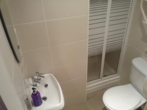 Twin room-Ensuite with Shower - Base Rate