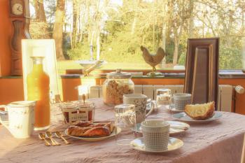 Nos petits déjeuners composés de pâtisseries artisanales locales et de confitures maison