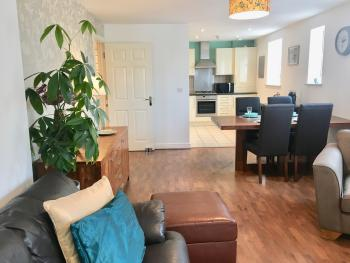 Relaxedly Superior Short Stays - The Orchid - Huge open plan living/dining/kitchen space.