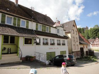 Gasthaus z. Linde im Hintergrund Burgruine Hohendießen