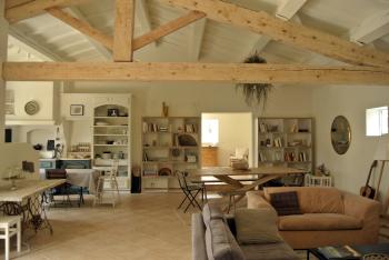 La pièce à vivre avec le coin salon, séjour et cuisine