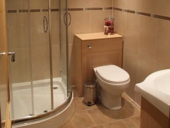 Twin room's shared shower room facilities