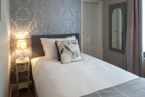 Single room-Classic-Ensuite with Bath-Inland View
