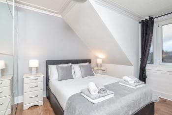 Highland Holburn Apartment - Luxury King Size Bedroom