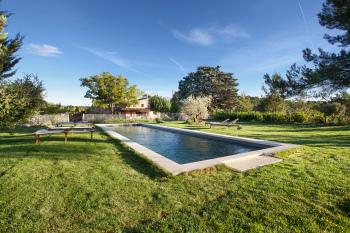 La piscine est entièrement clôturée pour la sécurité des enfants