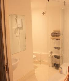 Spacious and light en-suite bathroom