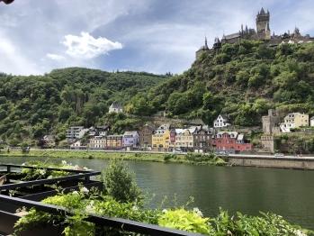 Blick auf Fluss und Burg