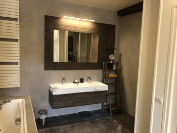 Salle de bain, Chambre Forêt, Instant La Ferme avec sa douche, sa baignoire, son grand vasque et son coin repos