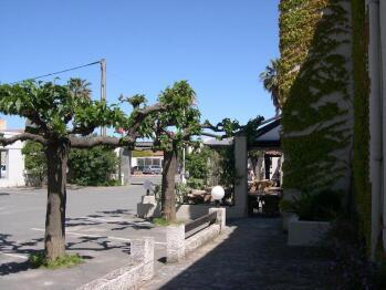 Terrasse et parking de l'hôtel costa verde en corse
