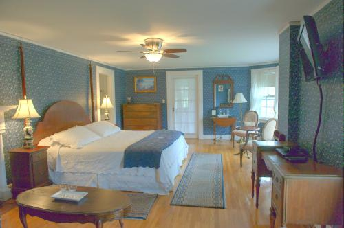 M2 Master Suite -King, Fi-Suite-Ensuite-Deluxe-Countryside view - Base Rate
