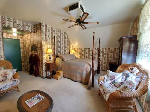 Library Suite- Queen/Private Bath/Fireplace