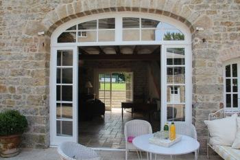 MaisonMaya_vue transversale de la terrasse au jardin