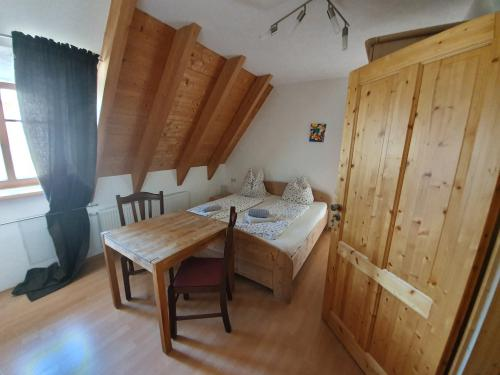 Quad room-Family-Ensuite with Shower-Courtyard view-Zimmer Nr. 7