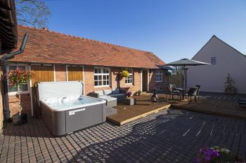West Mead Cottage - Spa Outside Courtyard