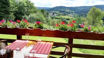 Petite table avec vue magnifique sur la vallée