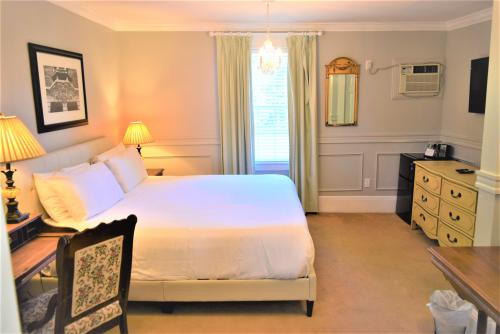The Manor 124 Junior Suit-Double room-Ensuite-Standard - Base Rate