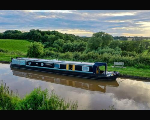 Barge-Premium-Ensuite with Shower-Canal view