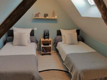 Chambres familiale : Chambre mezzanine avec 2 lits simple pouvant être transformé en lit double.