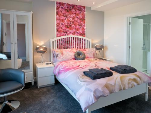 Double room-Ensuite with Shower-Pink - Base Rate