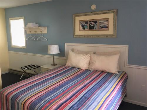 Lake View Queen Bed 1st Floor - No Pets