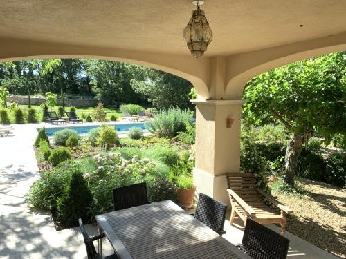 bar, petit-déjeuner avec vue piscine et jardins