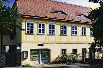 Ansicht Weingut Haus Steinbach von Straße