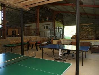 Salle de jeux : ping pong, baby foot, trampoline