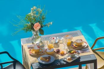 Bastide les 3 Portes Petit déjeuner au bord de la piscine