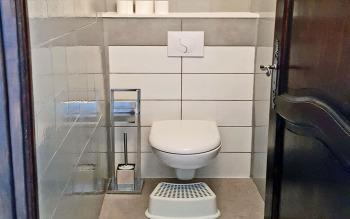 WC séparé à côté de la salle de douche