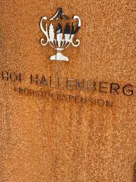 Hof Hallenberg Logo auf Schild vor dem Eingang