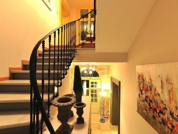 escalier qui mène aux chambres