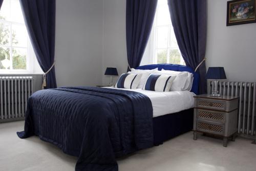 King-Premium-Ensuite with Shower-Garden View-Blue Room