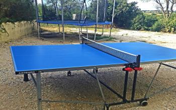 Espace jeux extérieur : table de tennis, grand trampoline