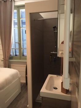 Chambre du bas avec son vasque et sa douche