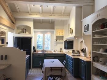La cuisine, dans la pièce à vivre