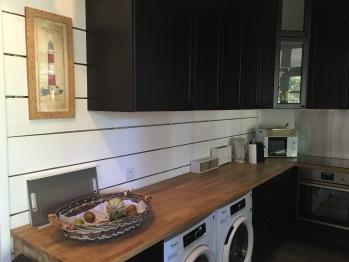 La cuisine avec son lave-linge et sèche-linge