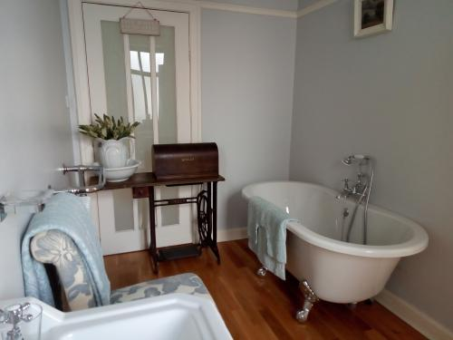 King-Deluxe-Ensuite with Bath-Garden View-King Deluxe - Base Rate
