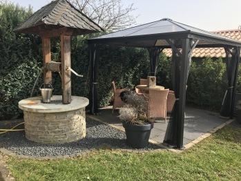 Sitzbereich im Garten mit Grill