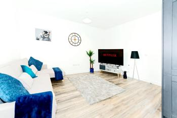 Windmill Apartment – Carlton & Co Apartments *Free Parking - living room
