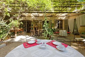 La table du petit-déjeuner dressée à l'ombre des arbres