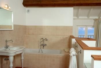 Open bathroom in cottage Chardonnay
